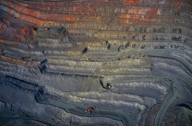 Winning van mineralen met behulp van speciale apparatuur in het warme avondlicht in het pittoreske oekraïne.