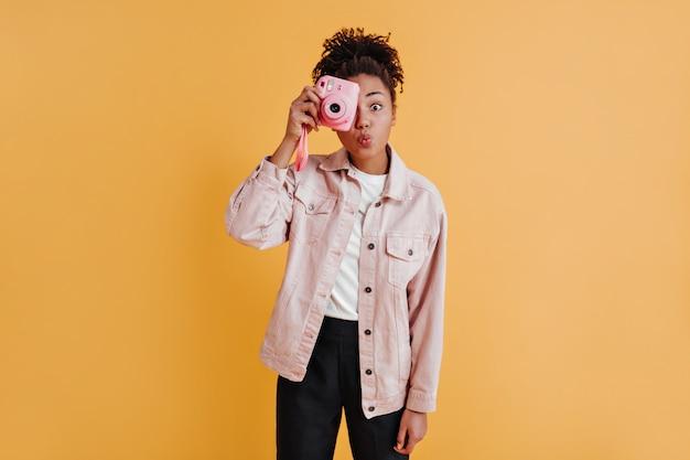 Winsome vrouw in jasje fotograferen