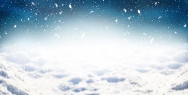 Winter abstracte achtergrond, besneeuwde landschap met blauwe nachtelijke hemel.