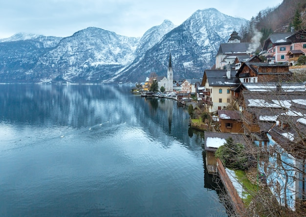 Winter alpine hallstatt town en lake hallstatter see view (oostenrijk)