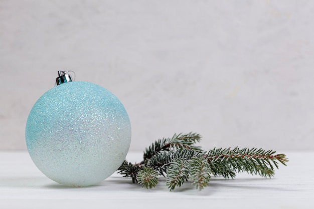 Winter arrangement met globe en fir tree takje