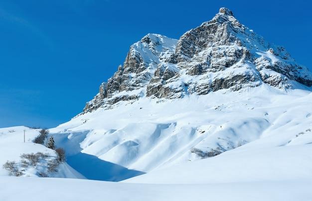 Winter berg rotsachtig bovenaanzicht met besneeuwde helling (oostenrijk, tirol).