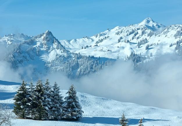 Winter berglandschap met laaghangende wolken op helling (oostenrijk, beieren).
