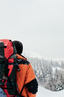 Winter berglandschap toeristische achteraanzicht