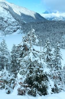 Winter berglandschap. uitzicht vanaf fern pass naar het oosten met het meer blindsee, oostenrijk.