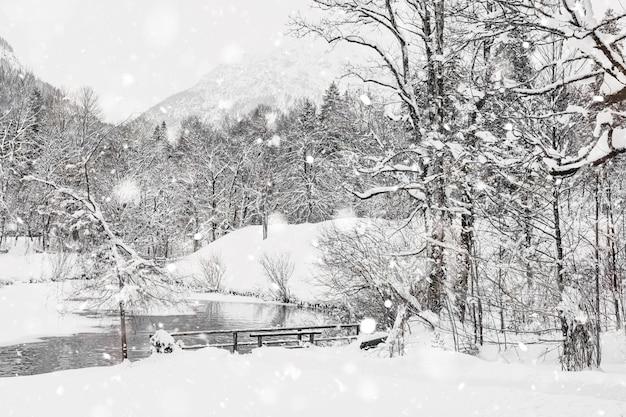 Winter besneeuwde beierse alpenlandschap