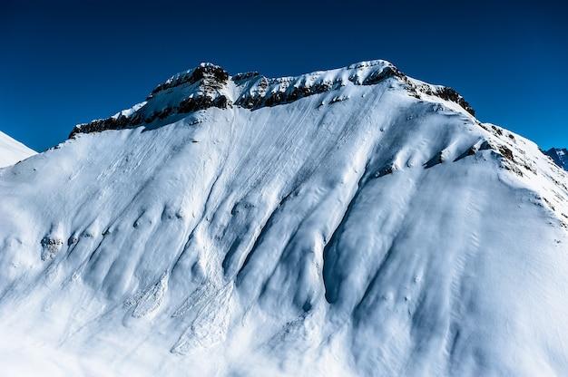 Winter besneeuwde bergen. kaukasus-gebergte, georgië, gudauri.