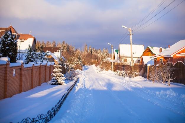 Winter besneeuwde landschap met huizen in een klein dorp