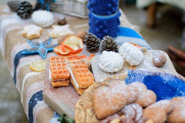 Winter blauw zoet tafeldecor. snoepjes, koekjes en marshmallows. detailopname