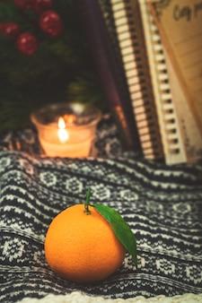 Winter citrus stilleven, herfst gezellige compositie met kaarsen, thuis. hoge kwaliteit foto