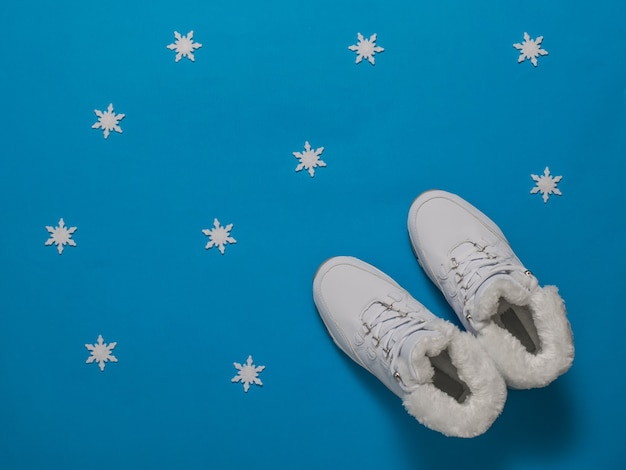 Winter dames sneakers geïsoleerd met bont op een blauw