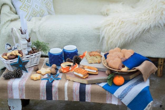 Winter decor zoete tafel. mokken met cacao. snoepjes en noten