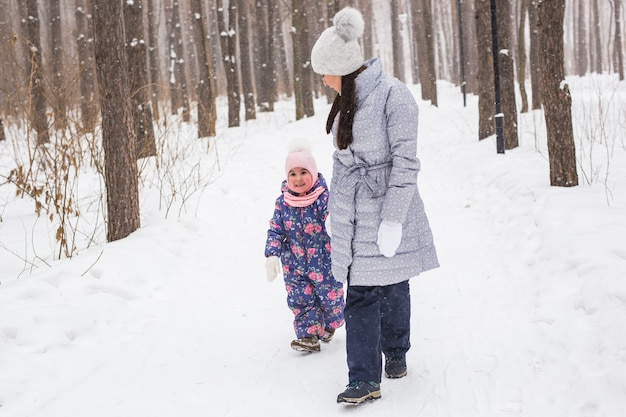 Winter, familie en mensen concept