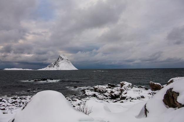 Winter in bleik beach, lofoten islands, northern, noorwegen.