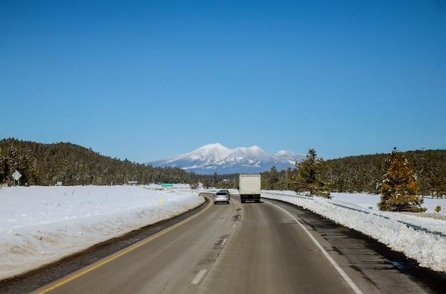 Winter in de bergen bedekt met verse sneeuw