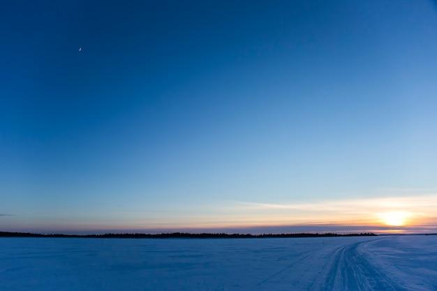 Winter in inari meer, lapland, finland