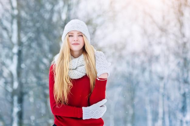 Winter jonge tiener meisje portret. schoonheid blij modelmeisje die en pret in de winterpark lachen hebben