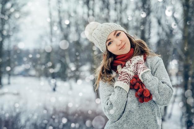 Winter jonge vrouw portret schoonheid blij model meisje lachen en plezier hebben in de winter park