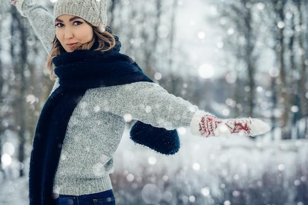 Winter jonge vrouw portret schoonheid blij model meisje lachen en plezier maken