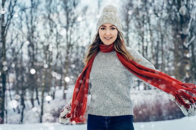 Winter jonge vrouw portret schoonheid model meisje lachen en plezier hebben in winter park