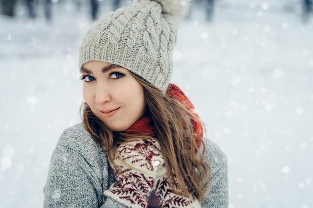 Winter jonge vrouw portret schoonheid vrolijk meisje lachen en plezier hebben in winter park