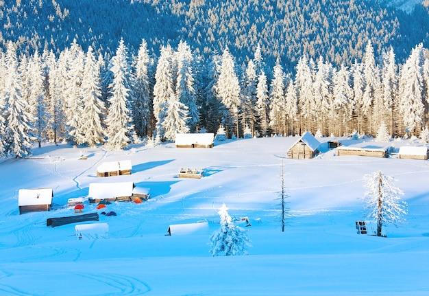 Winter kalm berglandschap met schuren groep
