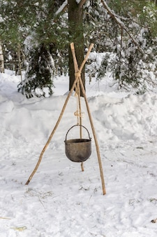 Winter kampvuur in bos. koken in veldomstandigheden