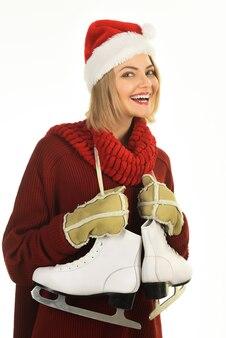 Winter mode sport stijl glimlach vrouw skater met kunstschaatsen schaatsen concept lachende vrouw