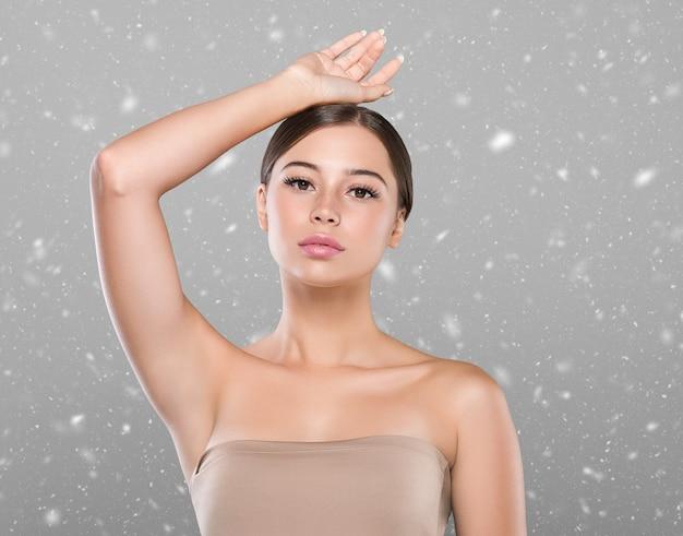 Winter oksel vrouw gezonde huid ontharing concept vrouw hand omhoog. kleur bakgrond. studio opname.