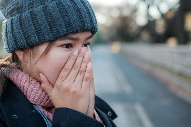 Winter portret van jonge aziatische mooie vrouw in de sneeuw. sneeuwt winter schoonheid mode concept