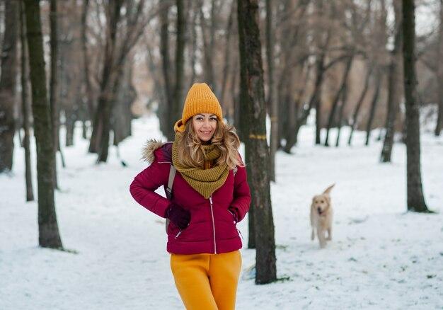 Winter portret van jonge mooie brunette vrouw gele haarband in sneeuw dragen. sneeuwende winter schoonheid mode-concept.