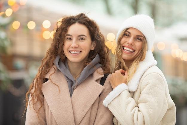Winter portret van mode lachende vriendinnen. gelukkige vrouw die pret heeft openlucht.