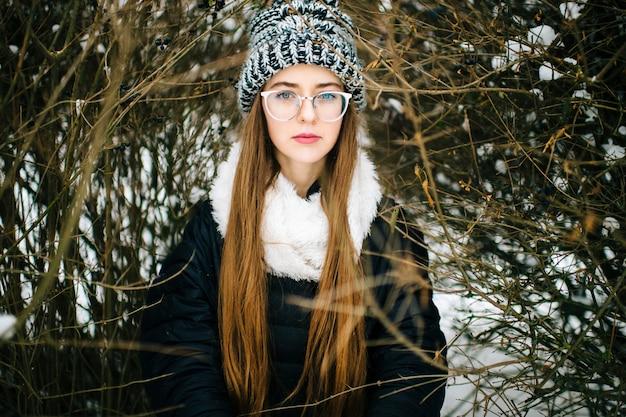Winter portret van positieve en mooie jonge vrouw in glazen