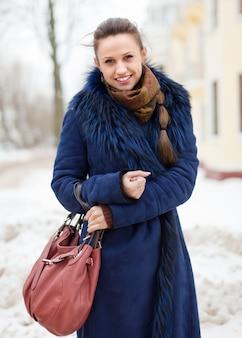 Winter portret van vrouw in winterse stad