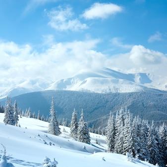 Winter rijp en sneeuw bedekt landschap met uitzicht op de berg goverla (karpaten, oekraïne). twee schoten steek afbeelding.
