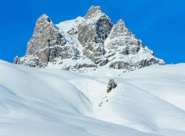 Winter rock bovenaanzicht met besneeuwde helling (oostenrijk, tirol).