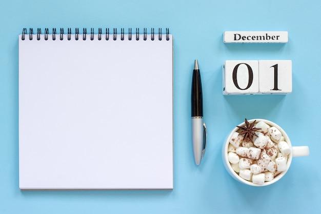 Winter samenstelling. houten kalender 1 december kopje cacao met marshmallow en steranijs, leeg notitieblok