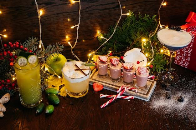 Winter shot cocktails en kerstcocktails met aardbei op tafel in restaurant