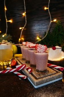 Winter shot cocktails met aardbei op tafel in restaurant