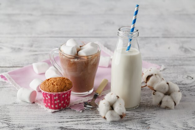 Winter thuis kopje warme chocolademelk met marshmallow