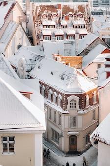 Winter uitzicht op de oude stad van tallinn. besneeuwde stad in de buurt van de baltische zee. estland