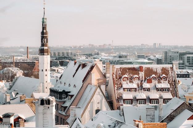 Winter uitzicht op de oude stad van tallinn. besneeuwde stad in de buurt van de baltische zee
