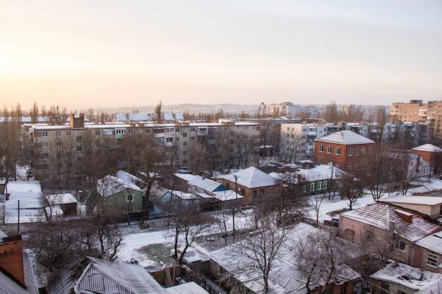 Winter uitzicht vanuit het raam met huizen