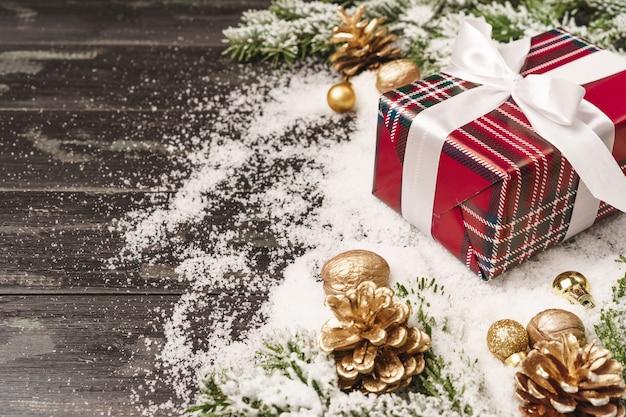 Winter vakantie achtergrond met verpakte geschenk en kopie ruimte