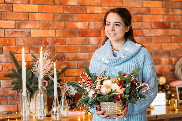 Winter vakantie cadeau. portret van gelukkige de sparrenregeling van de dameholding.