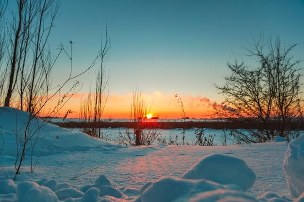 Winter veld met sneeuw in het land