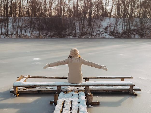 Winter vrouw buiten rusten op de natuur