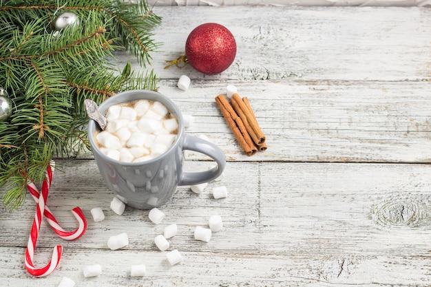 Winter warm drankje. kerst warme chocolademelk of cacao met marshmallow op wit met kerstversiering