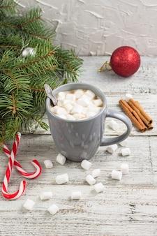 Winter warme drank. kerst warme chocolademelk of cacao met marshmallow op witte houten tafel met kerstversiering