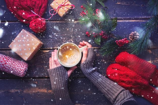 Winter warme dranken vrouwelijke handen mitten one cup